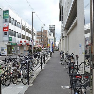 途中から左手に店舗が見えていますが、横断歩道まで迂回します。