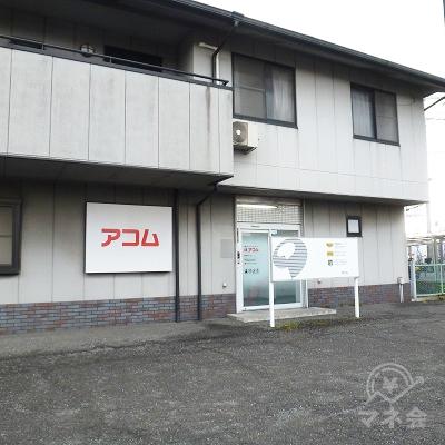 県道から少し引っ込んだ、2階建ての建物の1階に店舗入口があります。