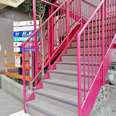 看板の近くに階段があります。