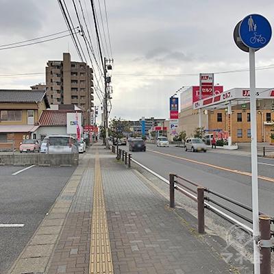 通り沿いに約250m直進します。