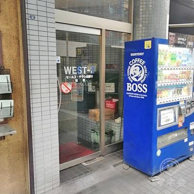 自動販売機の近くに、建物の入口があります。
