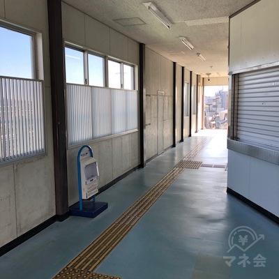 JR東海道本線の三河塩津駅の改札は1つのみです。出たら右方向へ進みます。