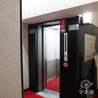 奥のエレベーターで5階へどうぞ。