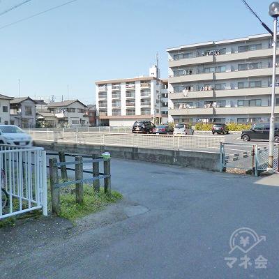 駅前の道を左折してください。