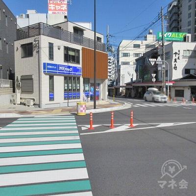緑と白の横断歩道を渡ります。