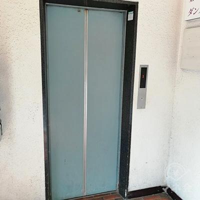 建物の中に入り、左側にあるエレベーターを利用して4階に行きましょう。