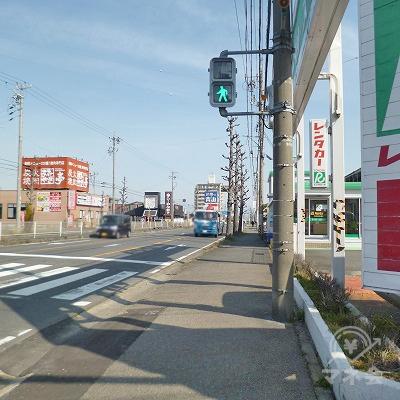 大通り沿いを200m直進してください。