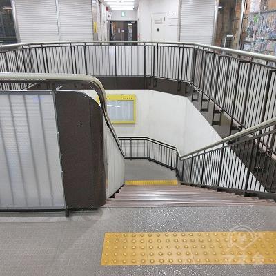 つきあたりの階段で下ります。