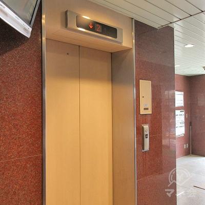 エレベーターで2階に上がります。