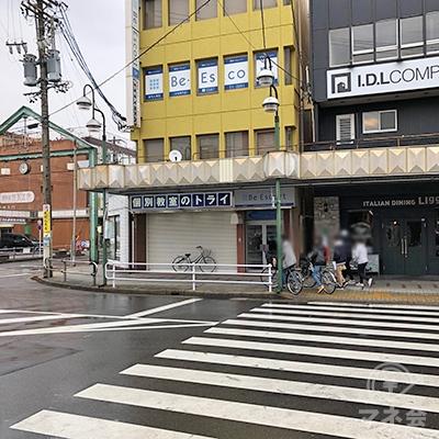 横断歩道を渡り、トライが入る黄色いビルの脇道を右折します。