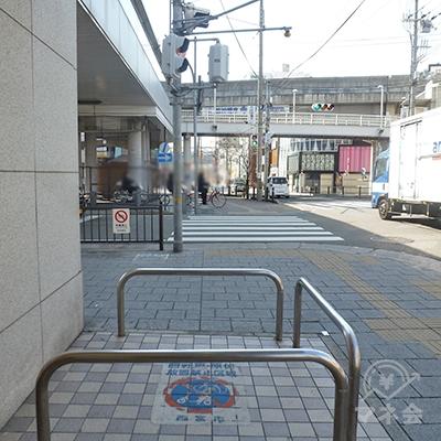 歩道に出て、すぐ左折します。正面は阪神電車の高架です。