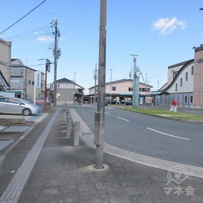 右手には駅舎が見えます。