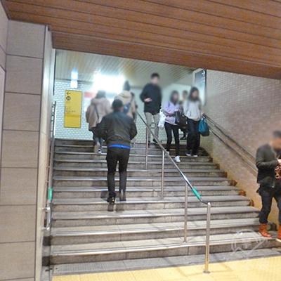 突き当りの階段を上がります。