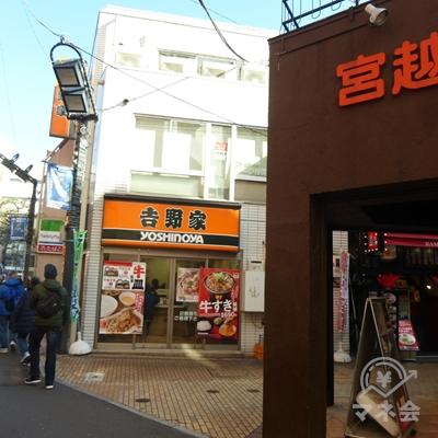 吉野家前を右折します。