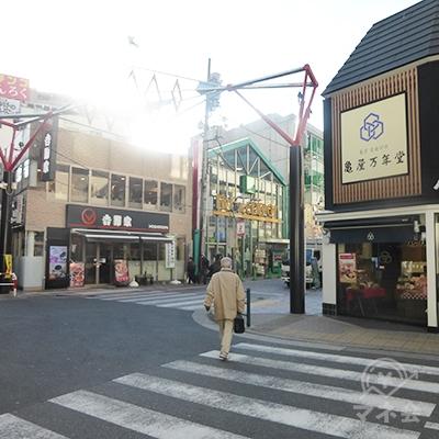 広場が狭くなり、道路右手に亀屋万年堂があります。右折です。