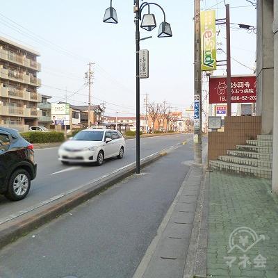 大通りとの交差点を右折します。。