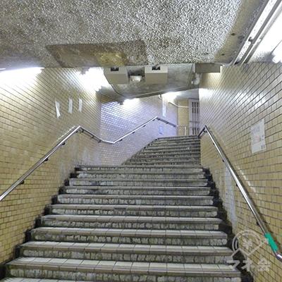 11番出口の階段を上ります。
