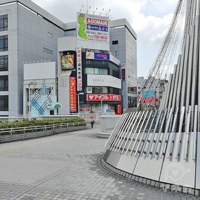 建造物の左側を歩くと、金融機関のビルが見えます。