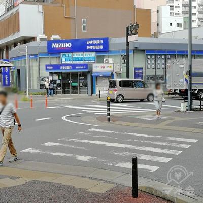 横断歩道を2回渡り、みずほ銀行の前に行きましょう。