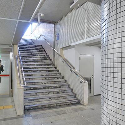 奥の階段(右斜め前方向)を上り、地上に出ます。
