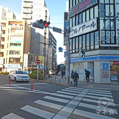 駅前ロータリー右手と、さらに奥側の横断歩道を渡ります。