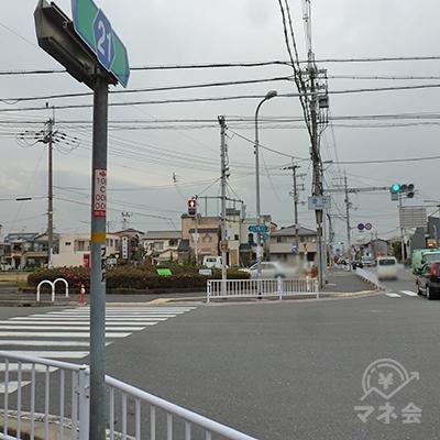 「菱江交差点」に出たら、横断歩道を直進後、左折します。