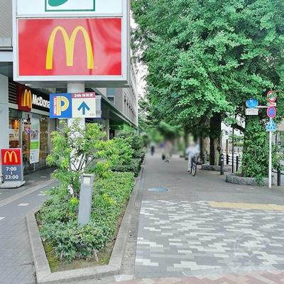 マクドナルドの右の道を歩きます。早大グランド通りを歩くことになります。