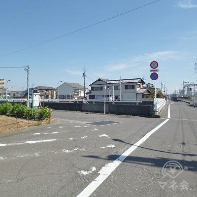 大通りに架かる橋の手前を左折してください。
