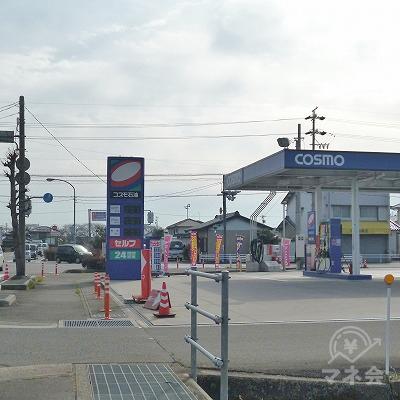 道中、右手にコスモ石油があります。