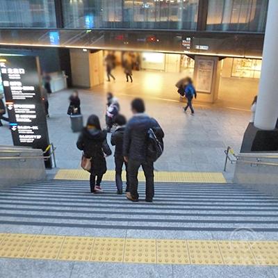 階段・もしくはエスカレーターで地上階へ向かいます。