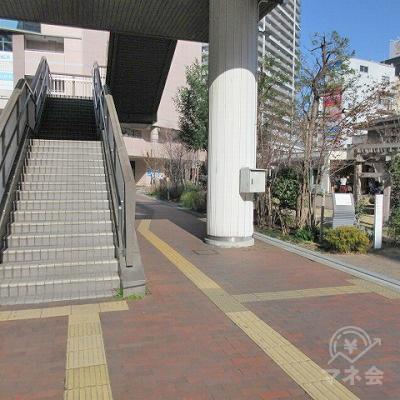 階段をおりて、左手側にUターンする形で黄色の点字タイルに沿って進みます。