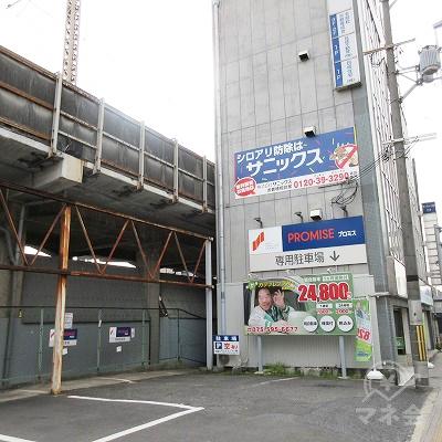 駐車場は、建物左側にあります。