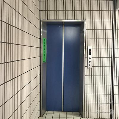 右へ進むとエレベーターがあります。アコムは2階にあります。