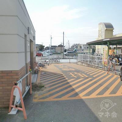 40m先の公衆トイレ横を左折してください。