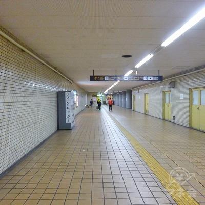 駅の地下構内を進みます。