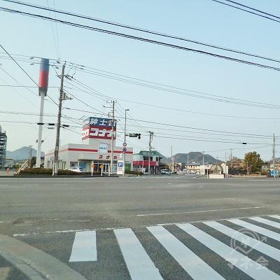 正面に紳士服のコナカがある大きな交差点を、渡ってから右折します。