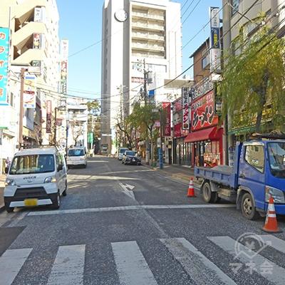 大きな早稲田予備校のビルを目印に進みましょう。