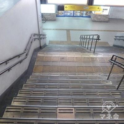 この階段で地上へ下ります。