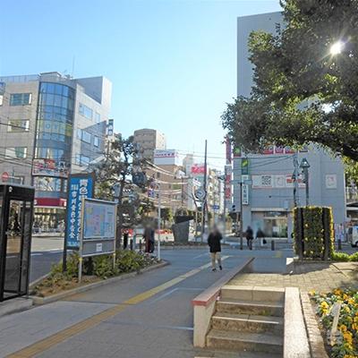 駅前広場から、アコムの赤い看板が見えます。