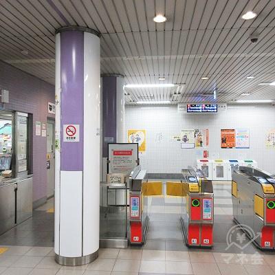 京都市営地下鉄東西線、東野駅改札(1箇所のみ)を出ます。