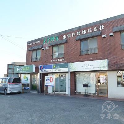 茶色のビルの1階、左から2番目にプロミス店舗があります。