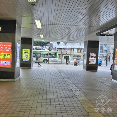 真っすぐ進むと駅ロータリーに向かいます。