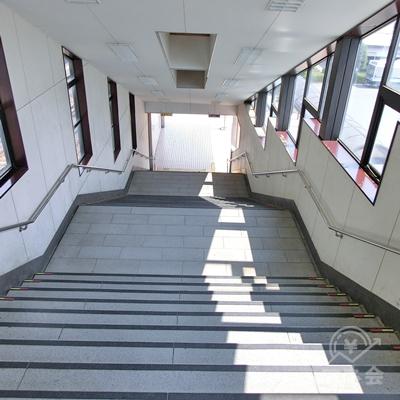 左に曲がると階段があるので下ります。