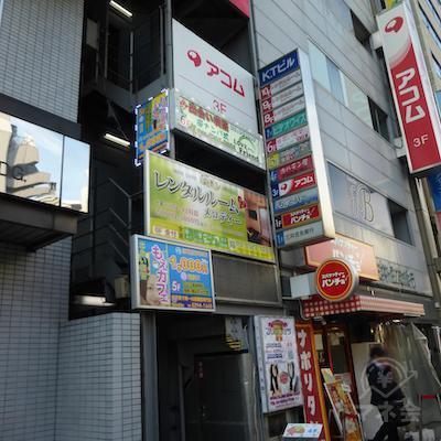 ビルの入口です。三井住友銀行の手前です。