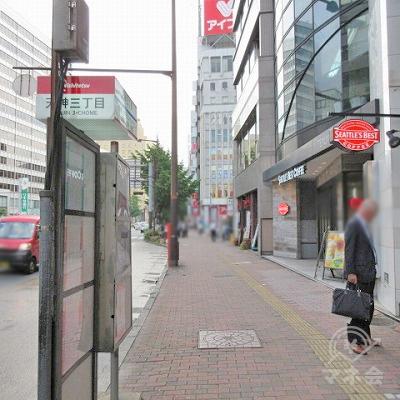 途中、バス停(天神三丁目)を通過します。