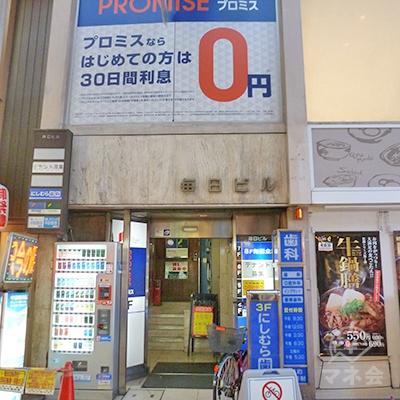 「松屋」の左に、ビル入口があります。