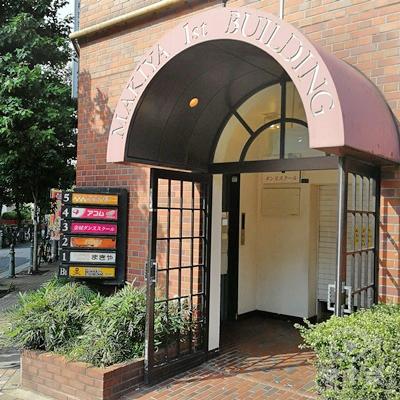 ビルの入口です。左側に案内板があります。