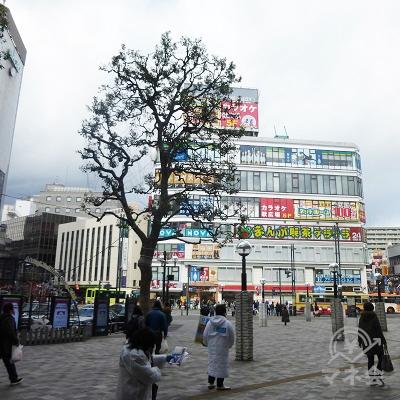 駅前広場の右手に、アコムの入っている大きなビルがあります。