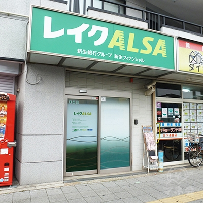 マンション1階、歩道に面した店舗です。