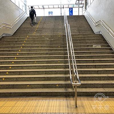 地上へ続く階段を上り、右折します。